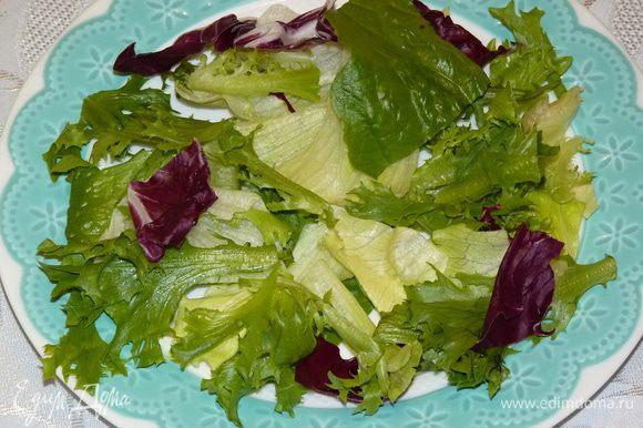 Тем временем салат разложить по тарелкам.