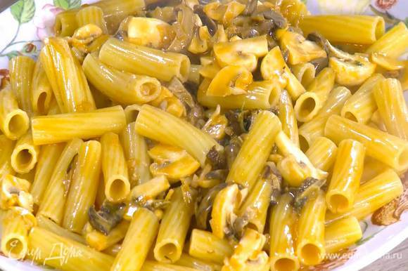 Выложить пасту на тарелку и посыпать оставшимися листьями тимьяна.