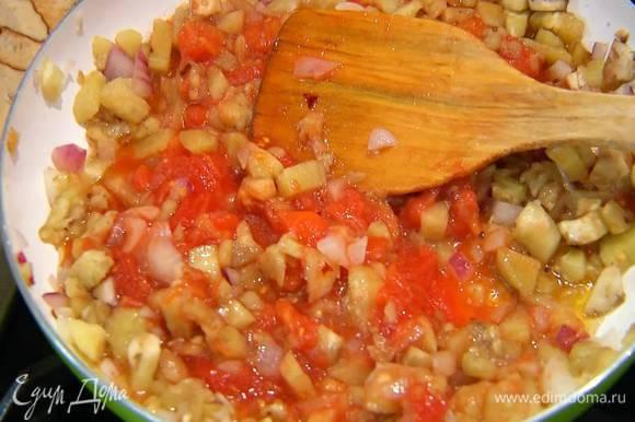Добавить помидоры в собственном соку (если нужно, измельчить их лопаткой прямо в сковороде) и все еще немного прогреть.