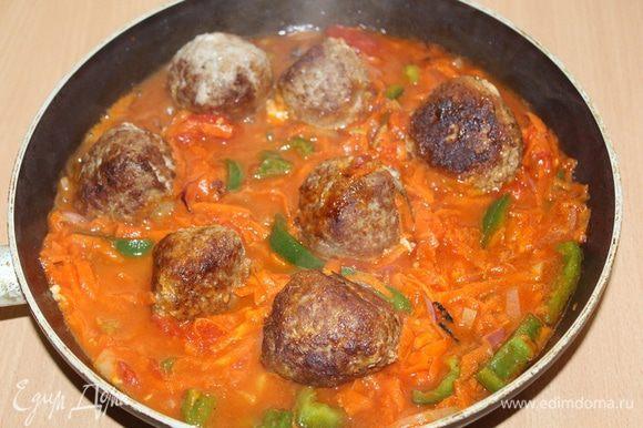 Соединить тефтели с соусом, добавить томатную пасту «Помидорка», сахар, воду, посолить, поперчить и тушить 20 — 25 минут до готовности.