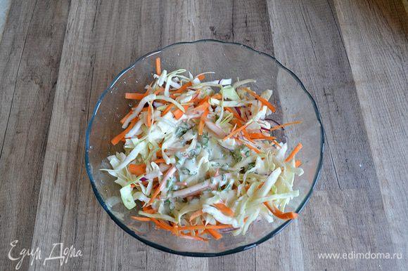 Добавляем соус к овощам, все перемешиваем и подаем на стол. Приятного аппетита!