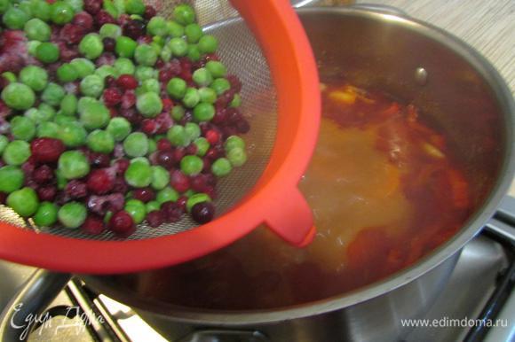 Добавить горошек и бруснику (брусника здесь просто идеальна. Вместе с паприкой и томатной пастой — очень и очень. Клюквой не заменять! Это совершенно другой вкус), дать закипеть и проварить 5 минут. Выключить газ, накрыть крышкой и дать настояться минут 20. От этого суп становится только вкуснее.