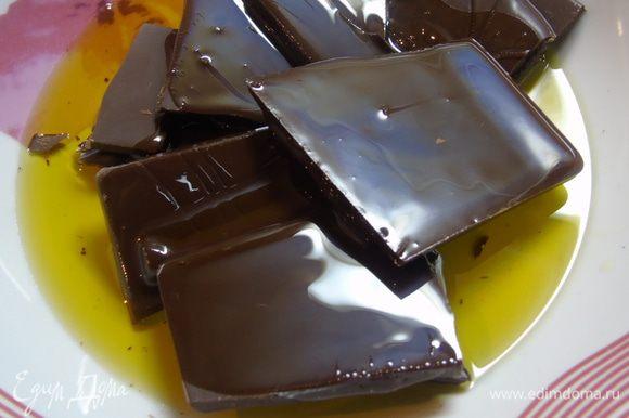 Шоколад поломайте на кусочки, влейте оливковое масло и масло грецкого ореха Biolio.