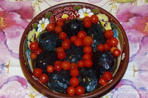 Через два с половиной часа от общего времени запекания сливы (они у меня крупные) и помидоры черри сложить в жаропрочную форму и полить жиром с утки (его будет достаточное количество). Поставить в духовку к утке и запекать 30 минут.