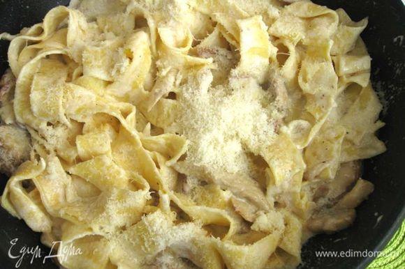 В воду (2 литра) добавить 0,5 ст. л. соли, вскипятить, положить пасту. Итальянские повара дают совет: вода должна напоминать вкус океана, то есть, быть достаточно соленой, и воды должно быть довольно много по сравнению с пастой. Отварить паппарделле в течение 5 — 6 минут до состояния аль денте. Слить воду через дуршлаг (не промывать). Положить пасту на сковороду к грибам. Добавить сливки, пармезан. Подержать на сковороде до тех пор, пока сливки не прогреются, а сыр не расплавится (1 минута).