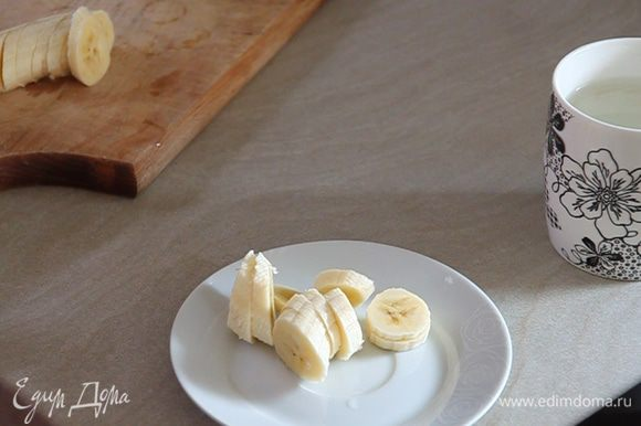 Нарезаем кружочками бананы. Один киви нарезаем кубиками. Второй киви оставляем для украшения.