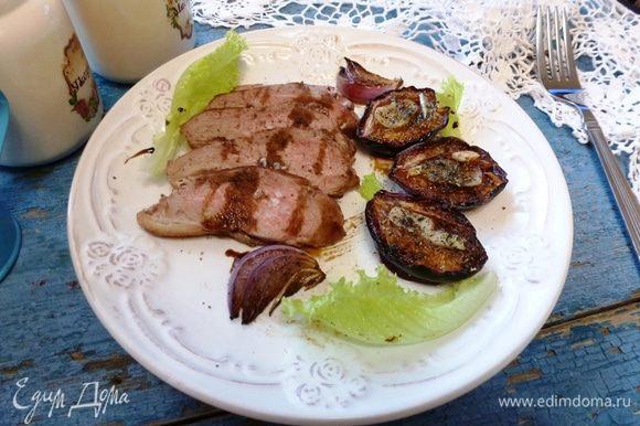Отдохнувшую утиную грудку нарежем на кусочки, посыпем крупной солью и перцем. Гарнируем вялеными сливами, сладким карамельным луком и листьями салата. Добавим несколько капель бальзамического соуса. Угощайтесь!