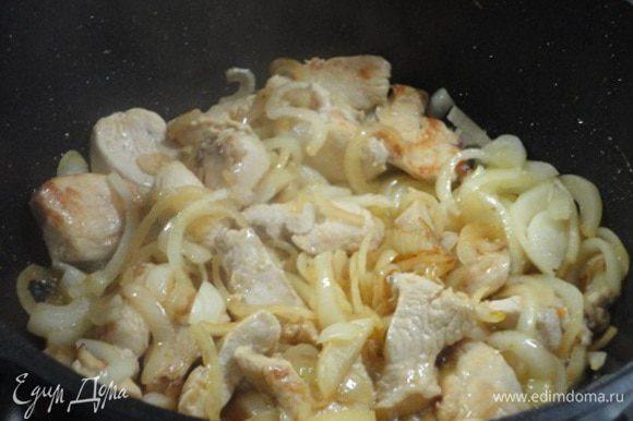 Лук (можно и больше, чем указано в рецепте) нарезать полукольцами, добавить к мясу и жарить до золотистого цвета.