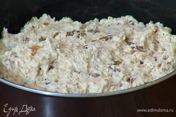Форму для выпечки смазать оливковым маслом, выложить тесто и разровнять его.