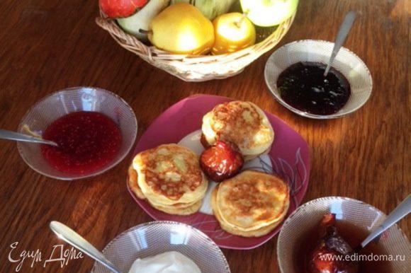 Варенье, джем на любой вкус. Очень вкусно было с вареньем из груш на красном вине от Наиры http://www.edimdoma.ru/retsepty/58220-varenie-iz-grush-na-krasnom-vine.