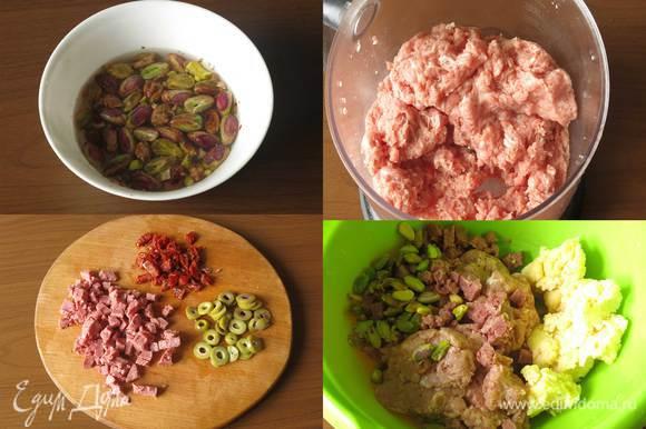 Заливаем кипятком фисташки. Нарезаем томаты, оливки, мясное. Измельчаем телятину и свинину. Условие — все должно быть охлажденное. Смешиваем фарш, фисташки, мясное и охлажденный загуститель, специи — соль, перец, пажитник. Операции предпочтительнее проводить на миске со льдом или холодной водой.