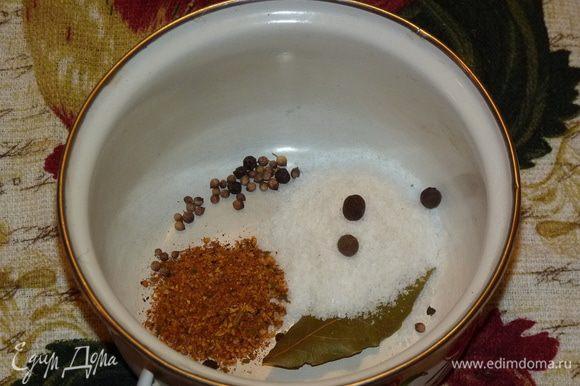 Из соли, перца, кориандра, лаврового листа и специй приготовить маринад: залить все кипятком и проварить 3 минуты.