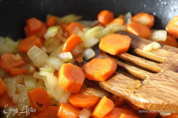Обжариваем на сковороде с небольшим количеством растительного масла до образования легкой-легкой поджаристости (на фото).