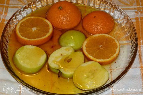 Часть жира использовать для фруктов: вылить в жаропрочную форму, нарезать яблоко и оставшийся апельсин, добавить к жиру и запекать 10 минут.