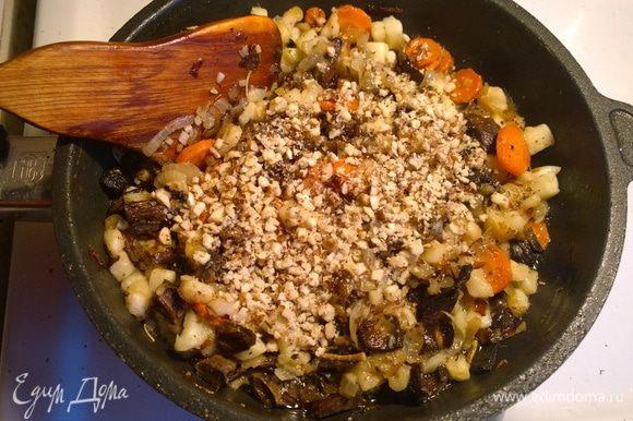 Добавляем также колечки моркови, 2 измельченных зубчика чеснока, а в конце — нарезанное на кубики яблоко. Хорошо все обжариваем и даем остыть.