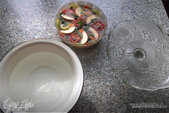 А вот тот самый секрет! Маленькую форму с заливным ставим в емкость побольше, в которую наливаем горячей воды (или кипятка), и оставляем на 3-5 минут для лучшего отхождения от стенок! Потом накрываем блюдом для торта и... переворачиваем!