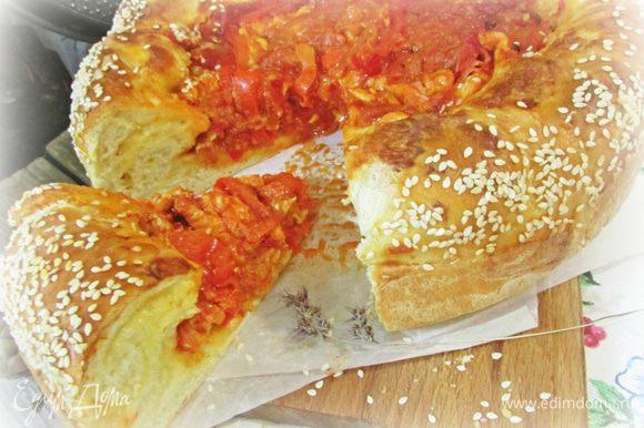 Пирог извлечь из духовки. Дать слегка остыть и освободить от формы.