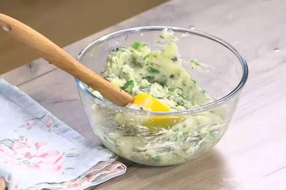 К картофельному пюре добавить зеленый лук, каперсы, укроп и яйцо, все перемешать.