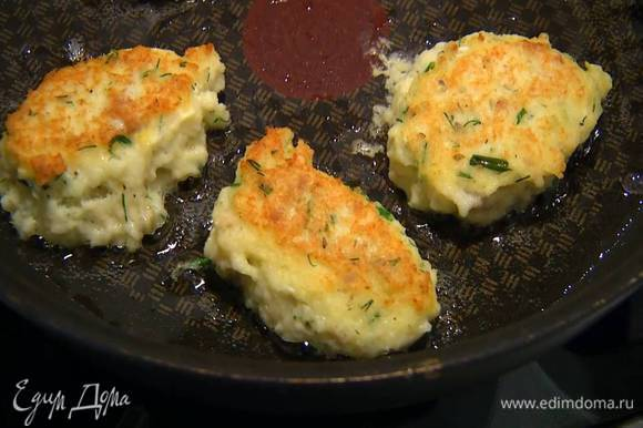 Разогреть в сковороде оливковое масло, с помощью двух ложек сформировать небольшие биточки и обжарить со всех сторон до готовности.