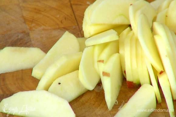 Из половинки лимона выжать сок и сбрызнуть им нарезанные яблоки.