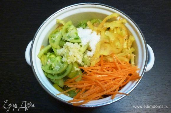 Сладкий перец нарежем соломкой, морковь натрем на терке для корейских салатов. Соединим в кастрюле все овощи. Чеснок выдавим через пресс. Всыпем сахар. Вольем столовый уксус.