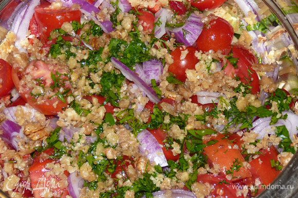 Перемешиваем все ингредиенты, добавляем зелень, заправляем ореховой смесью и даем настояться минут 10, чтобы салат пустил сок.