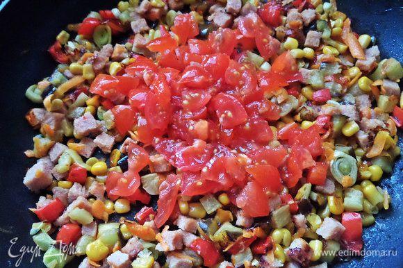 Добавить измельченные томаты.