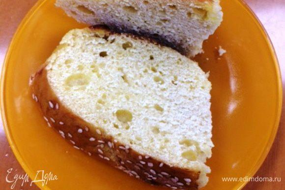 Забыла сделать фото хлеба в разрезе. Вспомнила только на работе, хорошо, взяла с собой два кусочка. Так что сразу прошу прощения за это фото, но хотелось показать, каким хлеб получился. Мне пришелся по вкусу.