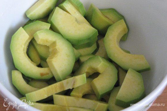 Но мы приготовим еще и салат! Для этого почистим авокадо, нарежем ломтиками и сбрызнем лимонным соком, чтобы не потемнел.