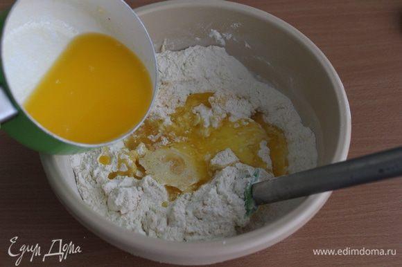 Молоко нагреть, добавить туда сливочное масло, помешать, чтобы масло растопилось. Остудить до теплого состояния, ввести в мучную смесь, перемешать.
