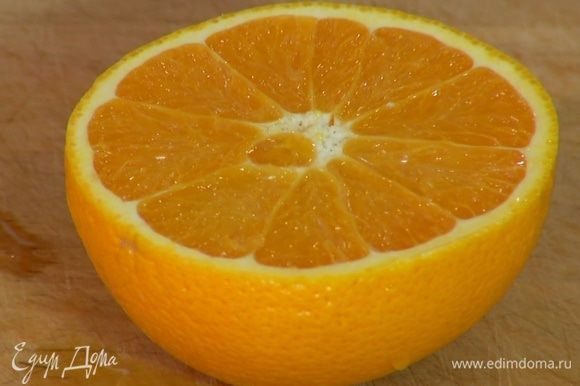 Цедру апельсина натереть на мелкой терке, выжать из него 2 ст. ложки сока.