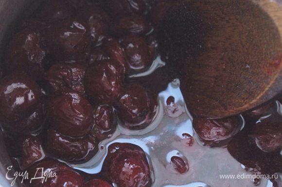 Для вишневой начинки смешать вишню с сахаром и прогреть на огне до полного растворения сахара.