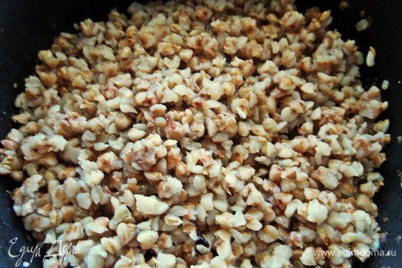 В это время сварилась гречка. Обычно я вливаю уже в выключенные рис, макароны или гречку ложку оливкового масла, но и любое ароматное масло от Biolio тоже подойдет. Перемешиваем с маслом.