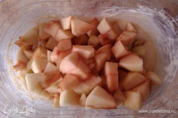 Яблоки добавить в тесто. На этом этапе также добавить апельсиновую цедру, натертую на мелкой терке (я готовила без неё).