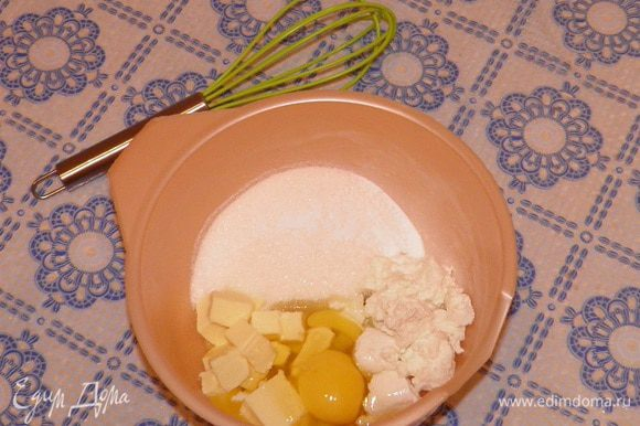 Перемешать яйца, размягченное сливочное масло, сахар и ванилин.