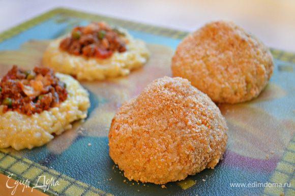Также добавить 2 яйца, приправить сушёным базиликом и молотым перцем и перемешать до однородной массы. Выложить рис на плоскую поверхность, выложить начинку из фарша в углубление и сформировать шарики (конусы).