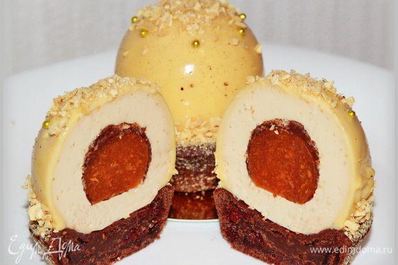 Разрез. Десерт был очень вкусным, а вкус мусса на темном пиве — это что-то непередаваемое. Абрикос дает свою кисленькую нотку в общем сладковатом ансамбле. Да, вес одного пирожного 190 грамм. Немаленький такой трюфель.