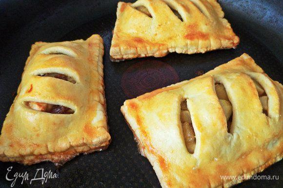 Пирожки получились внушительных размеров, поэтому пекла по 2 — 3 в тефлоновой форме минут 20.