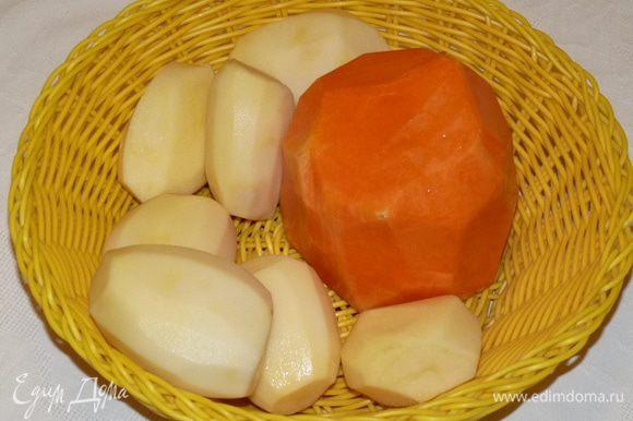 Очистить картофель и тыкву. Натереть на терке. Слегка отжать лишнюю жидкость.