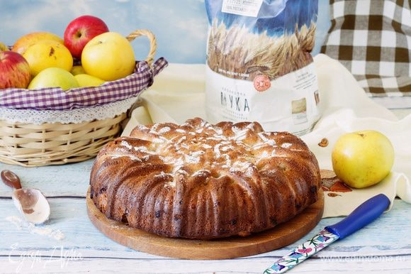 Готовый пирог остудить и украсить сахарной пудрой.