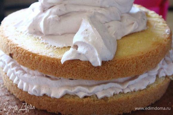 Коржи разрезать. Пропитать сахарным сиропом, хорошо переложить кремом. Если осталось много крема, можно им смазать торт снаружи.