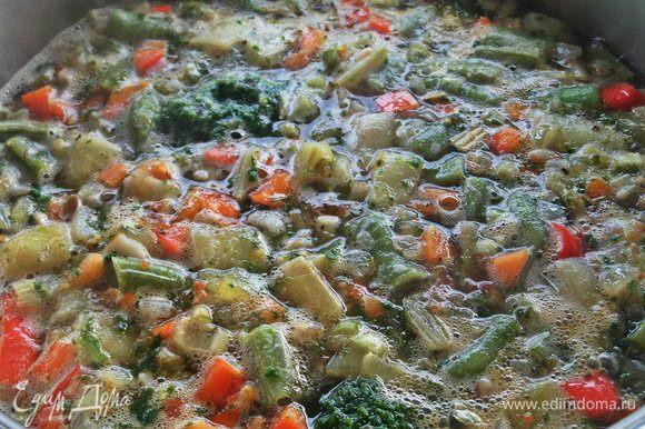 Закрыть крышкой и томить суп на мизерном огне около часа.