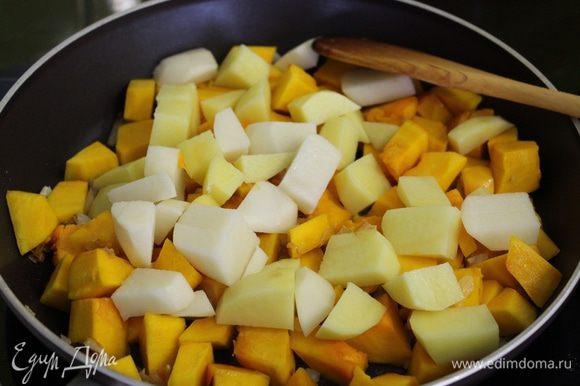 Через 10 минут добавить картофель.