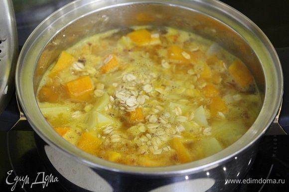 Переложить овощи в кастрюлю и залить кипящей водой, посолить, поперчить, добавить овсяные хлопья.