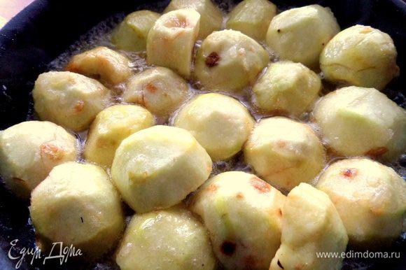 Начинаем «обжаривать» в сиропе яблочные половинки. Можно поставить их ребром, если хотите вместить больше.