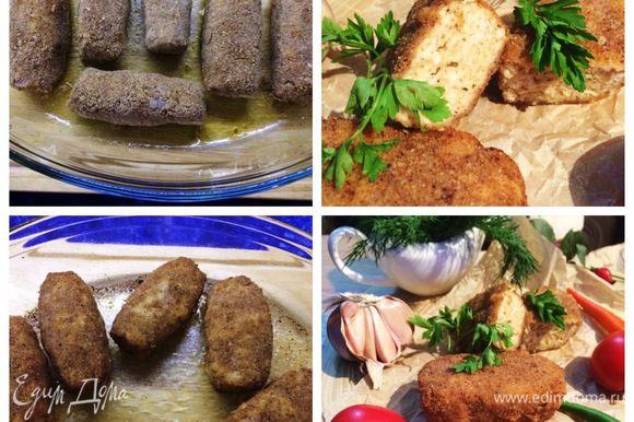 Подготовим форму для выпекания котлет, смазав ее оливковым маслом. Укладываем котлеты в форму и отправляем в разогретую до 180°С духовку выпекаться минут 30. Следим за духовкой, я перевернула котлеты один раз. Готовые котлеты подаем со свежими овощами, салатом, кто желает с пастой или другим гарниром.
