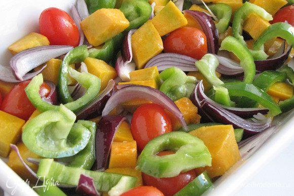 Разогреть духовку до 180°С. Выложить овощи на противень или в форму, посолить, сбрызнуть растительным маслом, перемешать. Накрыть овощи фольгой и запекать 30 минут. Овощи должны остаться слегка хрустящими.