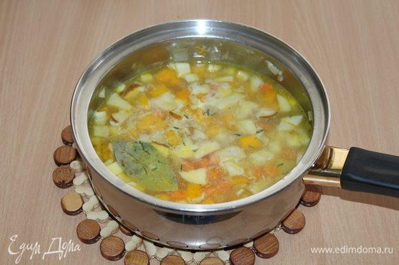 Добавить тимьян с лавровым листом, посолить, поперчить и готовить еще около 15 — 20 минут до готовности.