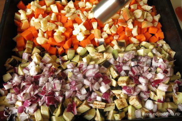 Выкладываем на дно отдельно тыкву, отдельно баклажаны. Солим 1,5 ч. л., перчим 0,3 ч. л. На тыкву кладем яблоки и нарезанный пластинками чеснок. На баклажаны, кладем лук.