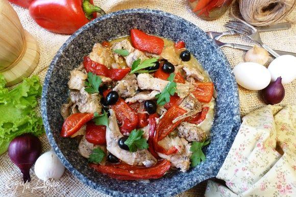 Кролик со сладким перцем и маслинами готов. Ароматный, сочный и очень итальянский!